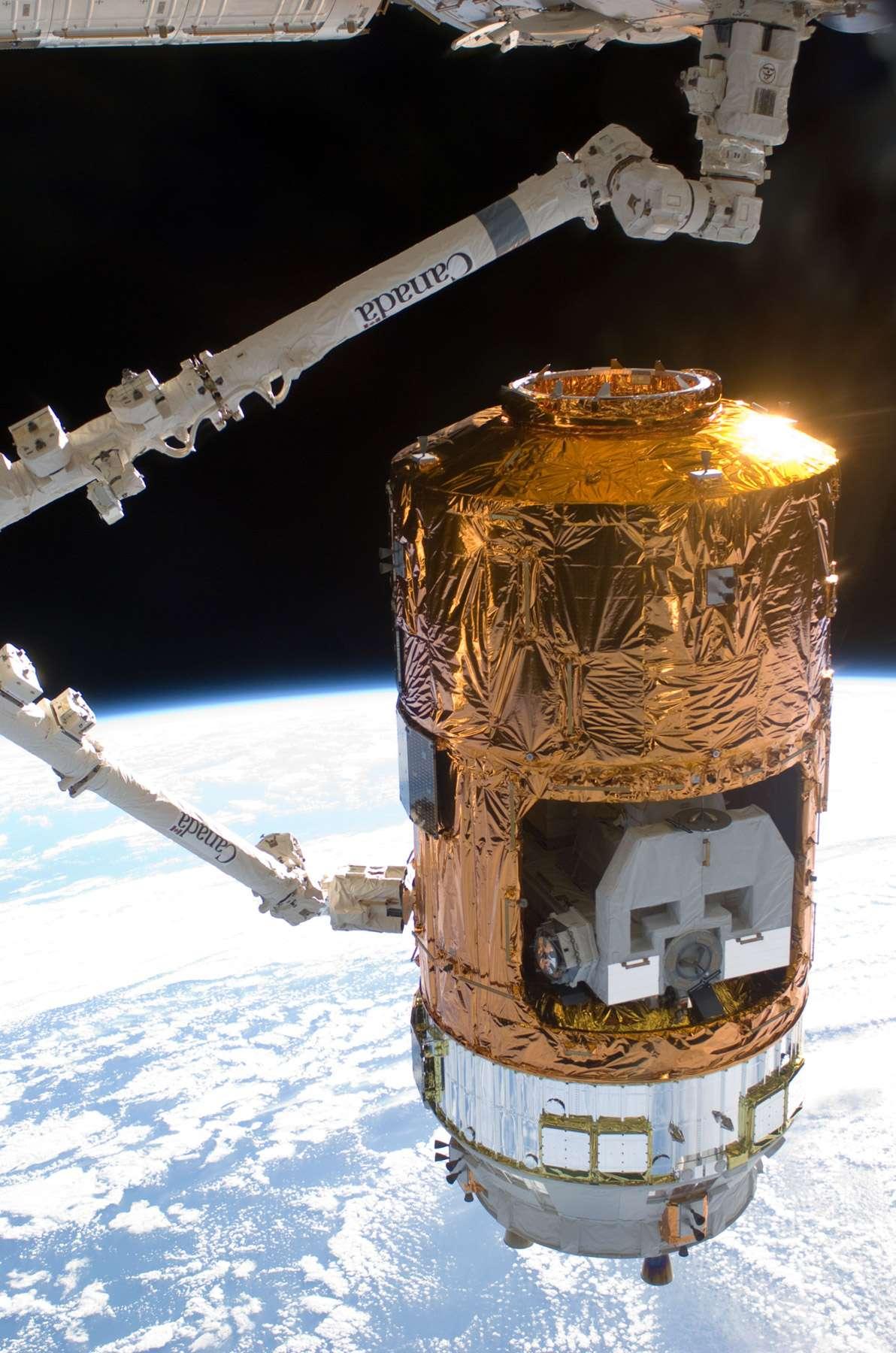 Cette image de la capture de l'HTV-2 de la Jaxa montre la partie non pressurisée du module, à ciel ouvert. La palette qui s'y trouve sera saisie par Dextre, la main robotisée de la Station, qui réalisera alors sa première mission opérationnelle. © Nasa