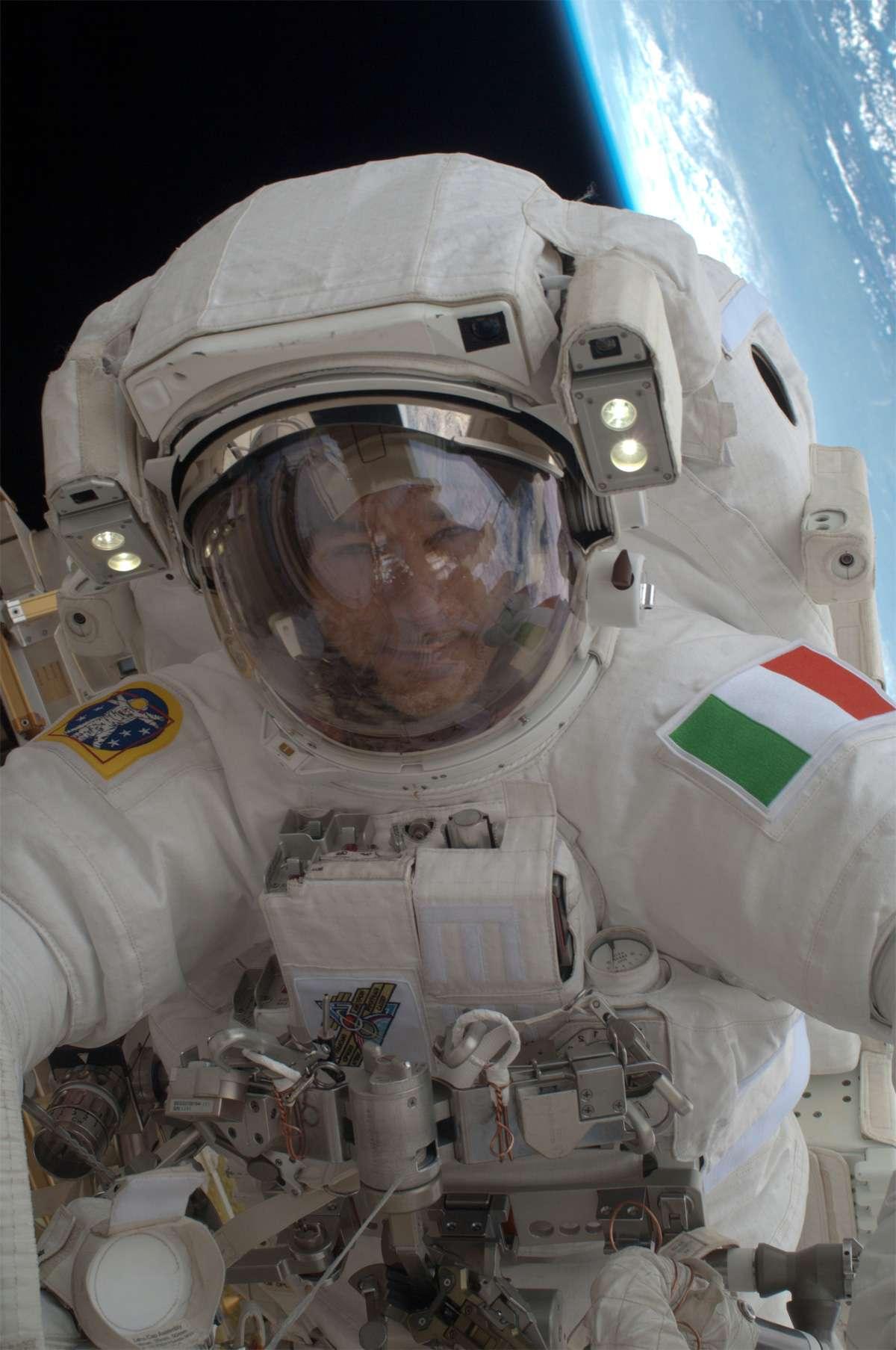Arborant fièrement les couleurs italiennes, Luca Parmitano est le premier astronaute transalpin à sortir dans l'espace. © Nasa