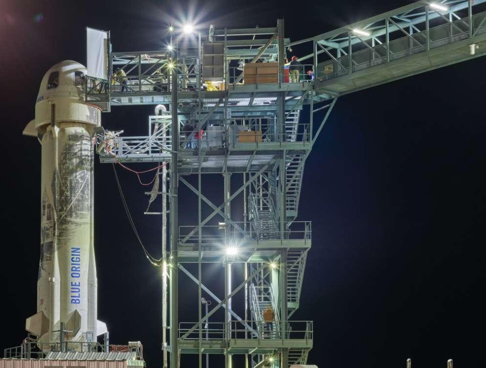 Le lanceur réutilisable New Shepard de Blue Origin, coiffé du véhicule spatial pour l'instant sans passagers, sur le pas de tir, prêt pour le lancement. © Blue Origin