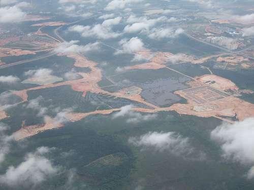 La déforestation à l'œuvre : des hectares de forêt pluviale disparaissent en Malaisie. © Ben Sutherland CC-by