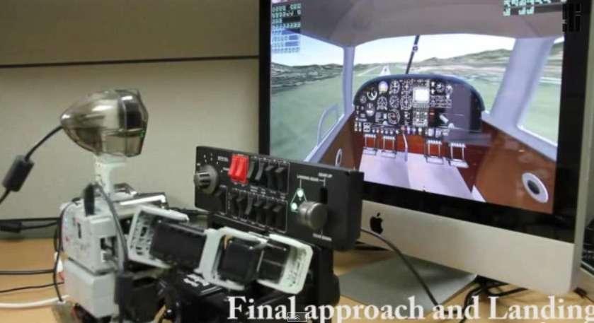 Aux commandes de son Piper Comanche PA-24 250 virtuel, le robot Pibot s'apprête à se poser. Après les essais sur simulateur, les chercheurs du KAIST ont l'intention de tester ses capacités en conditions réelles en lui faisant piloter un avion en modèle réduit télécommandé. © Capture YouTube, IEEE Spectrum, KAIST