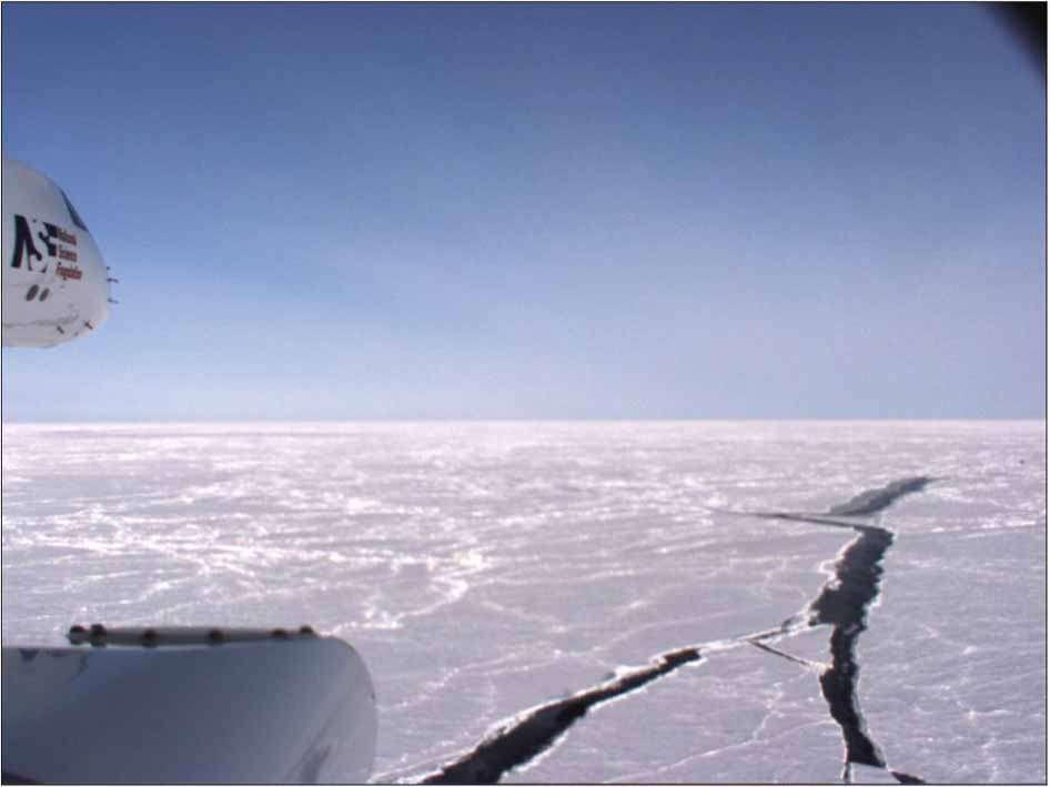 Ces fissures dans la banquise permettraient à l'océan Arctique d'interagir avec l'atmosphère et donc de libérer des quantités considérables de méthane. Les campagnes aériennes ont principalement été menées au départ de la ville d'Anchorage en Alaska. L'avion Gulfstream V peut voler plus de 11.000 km en toute autonomie. © Kort et al. 2012, Nature Geoscience