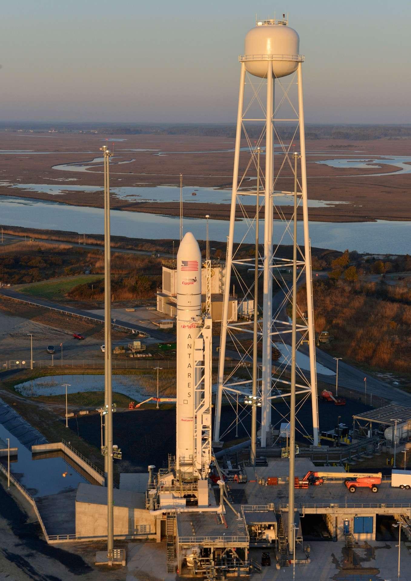 Antares est un lanceur à deux étages de 40 m de hauteur et de 3,9 m de diamètre. On le voit ici sur son pas de tir, à la base de Wallops d'où il devrait décoller, au plus tôt, vendredi 19 avril. © Orbital Sciences