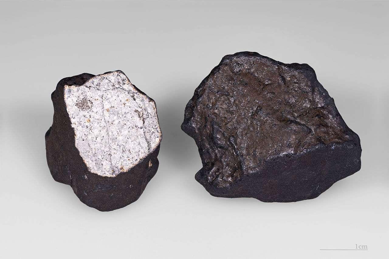 Deux fragments de la météorite de Tcheliabinsk (Cherbakul). Ces spécimens ont été trouvés dans un champ entre les villages de Deputatsky et Emanzhelinsk, le 18 février 2013. Le fragment cassé présente une croûte de fusion avec des conduites d'écoulement et une matrice fortement choquée avec des veines de fusion et de fractures plane. De nombreux cristaux sont visibles dans les fractures. Le deuxième fragment présente une croute de fusion complète. © Wikipédia, cc by SA 3.0, Didier Descouens