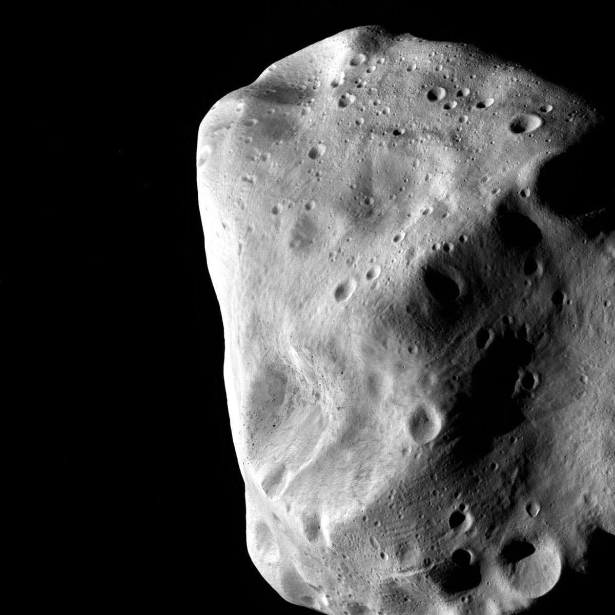 La densité de cratères et l'épaisseur du régolite à la surface de l'astéroïde Lutetia confirment qu'il s'agit bien d'un vestige du Système solaire. © Esa