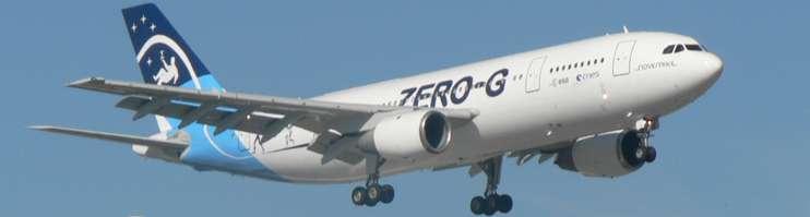 L'Airbus A300 Zéro-G de Novespace à l'atterrissage. Cet appareil appartient à la première génération d'Airbus, à pilotage manuel. Le maintien d'une pesanteur très voisine de zéro est délicate et exige une grande précision de pilotage. Durant les paraboles, pilote et copilote sont tous deux à la manœuvre et se partagent les commandes. © Novespace