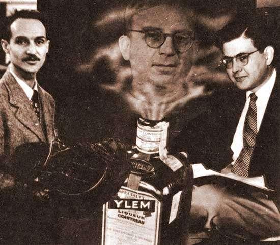 À gauche, Robert Herman et, à droite, Ralph Alpher. Au centre, une image de George Gamow émergeant d'une bouteille de cointreau représentant l'Ylem, le mélange cosmique initial de protons, de neutrons et d'électrons à partir duquel les éléments chimiques étaient supposés s'être formés dans les articles publiés par ces trois chercheurs sur la théorie du Big Bang. Il s'agit d'un célèbre montage humoristique avec des photos datant de 1949. © AIP