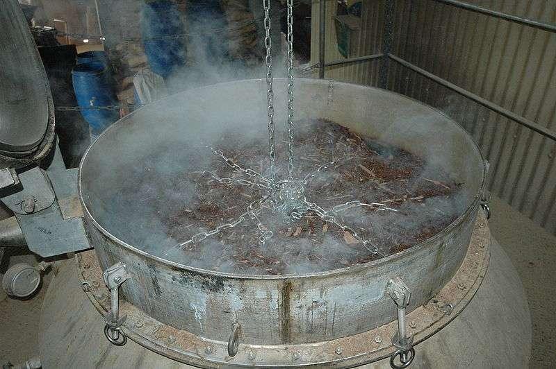 L'hydrodistillation est employée, par exemple, pour extraire l'huile essentielle du bois de santal. © remi.mahel, Wikipedia, DP