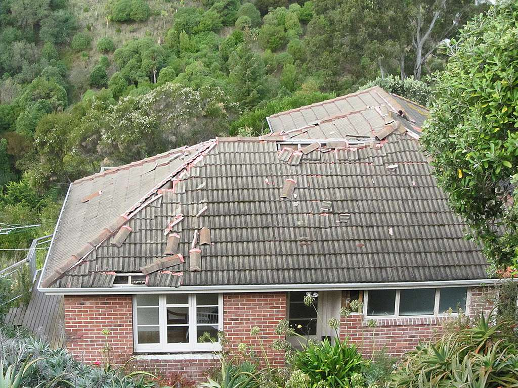 Une fuite de la toiture provient souvent de tuiles déplacées ou cassées. © Newton grafitti, Flickr, CC BY 2.0