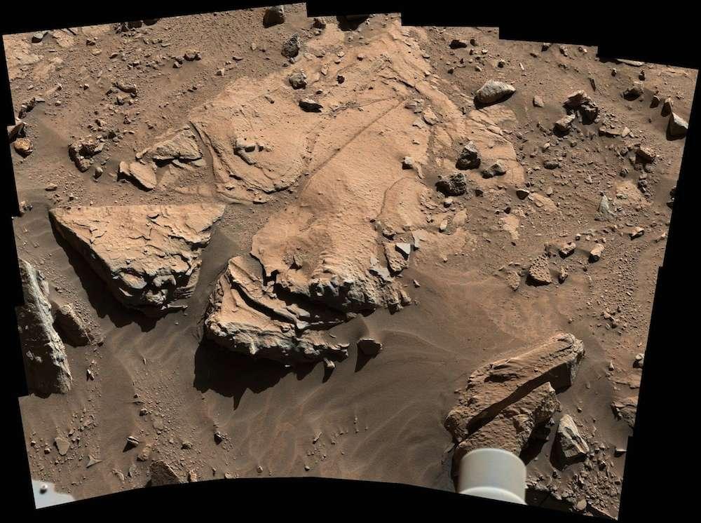 À Kimberley, la dalle de grès baptisée Windjana (environ 60 cm de large) est photographiée le 23 avril (sol 609) par la caméra du mât (MastCam) de Curiosity. Le forage de la roche aura lieu dans quelques jours. © Nasa, JPL-Caltech, MSSS