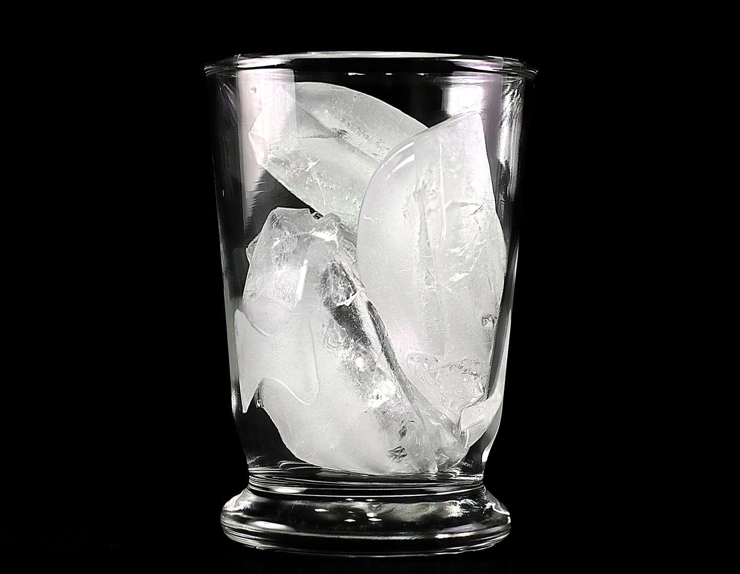 Des glaçons fondent dans un verre : cette évolution du système conduit à une augmentation du désordre, c'est-à-dire de l'entropie. © jeffsmallwood / Flickr - Licence Creative Commons (by-nc-sa 2.0)