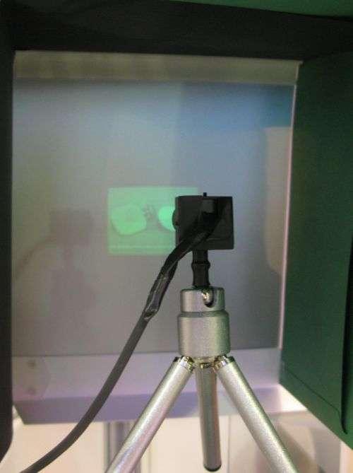 De la taille d'un petit appareil photo, ce prototype envoie une image à trente centimètres. L'équipe qui l'a mis au point peut le miniaturiser encore. © IOF