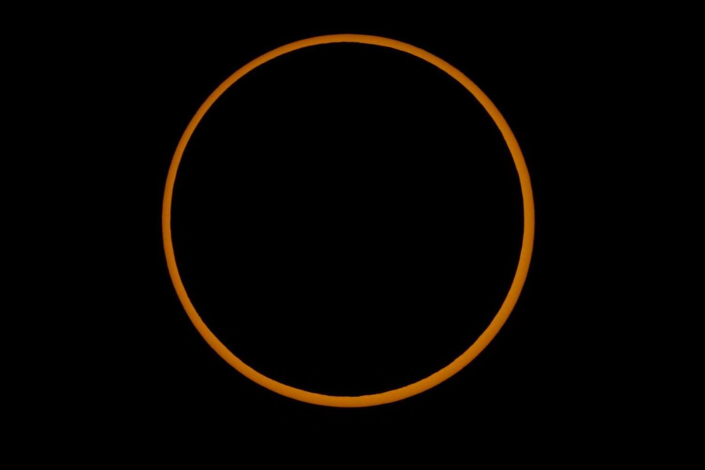 Une éclipse solaire annulaire se produit quand la Lune trop éloignée de la Terre ne couvre pas entièrement le disque solaire. Ici l'éclipse annulaire du 3 octobre 2005, observée en Espagne. © Yves Gandolphe
