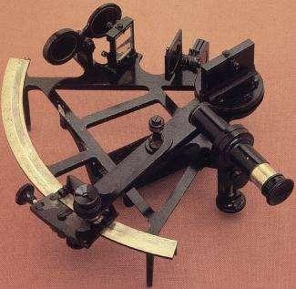 John Hadley navigue dans la bonne direction avec son sextant, un instrument de navigation basé sur la hauteur des astres. © National Oceanic and Atmospheric Administration, Domaine public, Wikimedia Commons