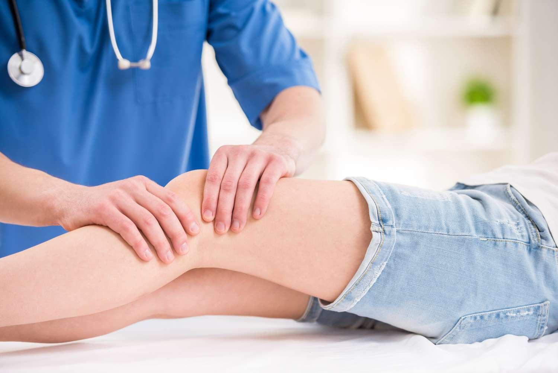 La membrane synoviale se situe au niveau des articulations comme le genou par exemple. Elle peut être enflammée dans le cas d'une arthrite. © VGstockstudio, shutterstock