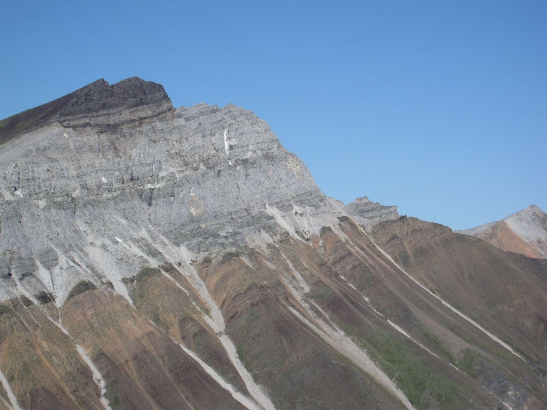Aujourd'hui au nord-ouest du Canada, ces roches témoignent d'une époque où la planète était quasiment entièrement recouverte par les glaces. Sous la banquise, pourtant, la vie se développait... © Francis A. Macdonald/Harvard University
