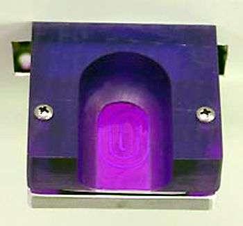 Le prototype du capteur de glycémie sans piqûre. L'antenne spiralée se distingue au fond du réceptacle prévu pour le pouce. Crédit : université Baylor (Waco, Texas)