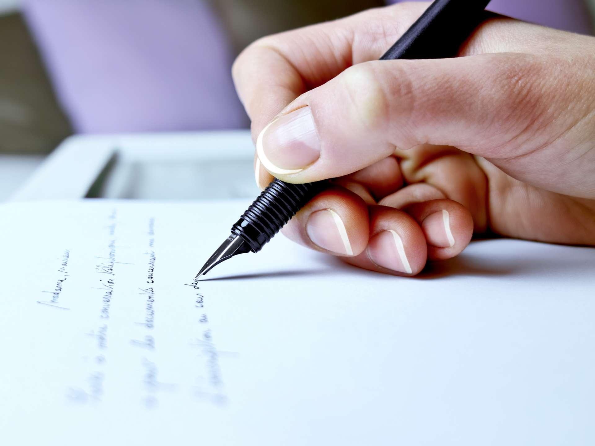 L'écriture manuscrite des lettres est la meilleure technique pour apprendre à lire. © Michael Nivelet, Adobe Stock