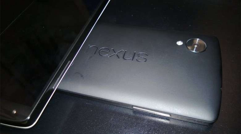 Cette photo supposée du Nexus 5, publiée fin septembre par un internaute sur le forum de MacRumors, ressemble fortement à l'illustration que l'on retrouve dans le manuel utilisateur qui vient de fuiter sur Internet. © Aohus, MacRumors