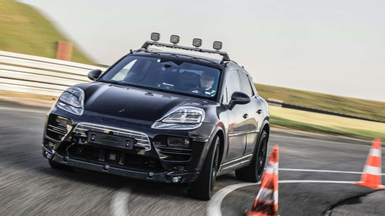 Les prototypes du futur Porsche Macan électrique vont être testés sur route ouverte. Il s'agit de modèles « camouflés » qui ne dévoilent pas le design final du modèle de série. © Porsche