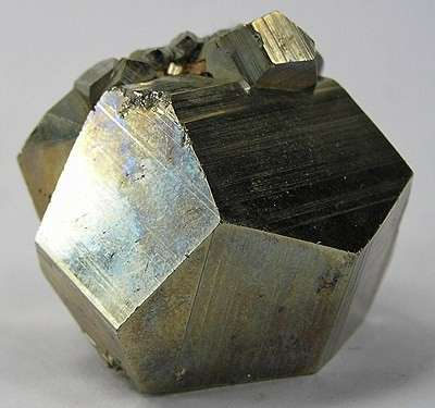 Cristal de pyrite. On peut voir sa forme cristalline pentagonododecaèdrique. © Rob Lavinsky, Wikipédia, CC by sa 3.0