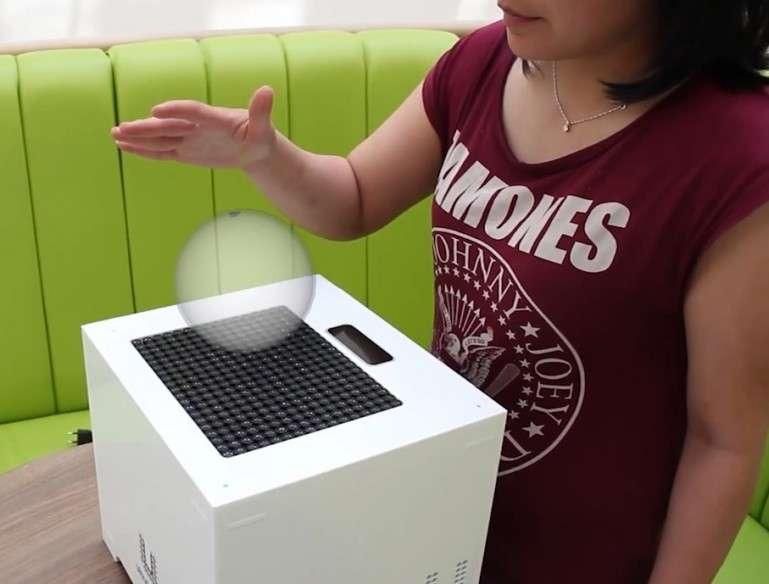 Une équipe de l'université de Bristol à l'origine d'un système haptique par ultrasons vient de présenter une évolution de son procédé, désormais capable de générer des formes holographiques invisibles en modulant la pression d'air à la surface de la main. Une personne peut alors avoir l'impression de toucher pour de bon la forme qu'elle voit sur un écran. © University of Bristol