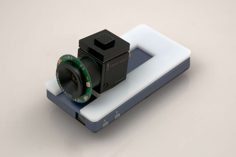 Le prototype de réalité augmentée 3D HideOut, conçu par le laboratoire de Disney, repose sur un picoprojecteur mobile associé à une caméra sensible à l'infrarouge et équipée de quatre Led émettant dans ce domaine du spectre invisible aux yeux humains. © Disney Research