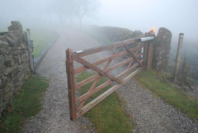 Le choix d'un moteur de portail dépend du poids et de la solidité de ce dernier. © Peter Royle, geograph.org.uk, cc by sa 2.0