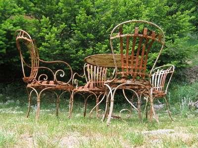 Un mobilier de jardin rouillé. © Peterfactors