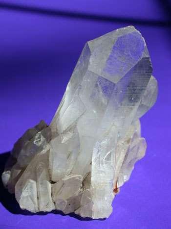 Sous sa forme de tectosilicate, le dioxyde de silicium, c'est le quartz, le minéral le plus commun à la surface de la Terre. Crédit : Charles E. Jones.