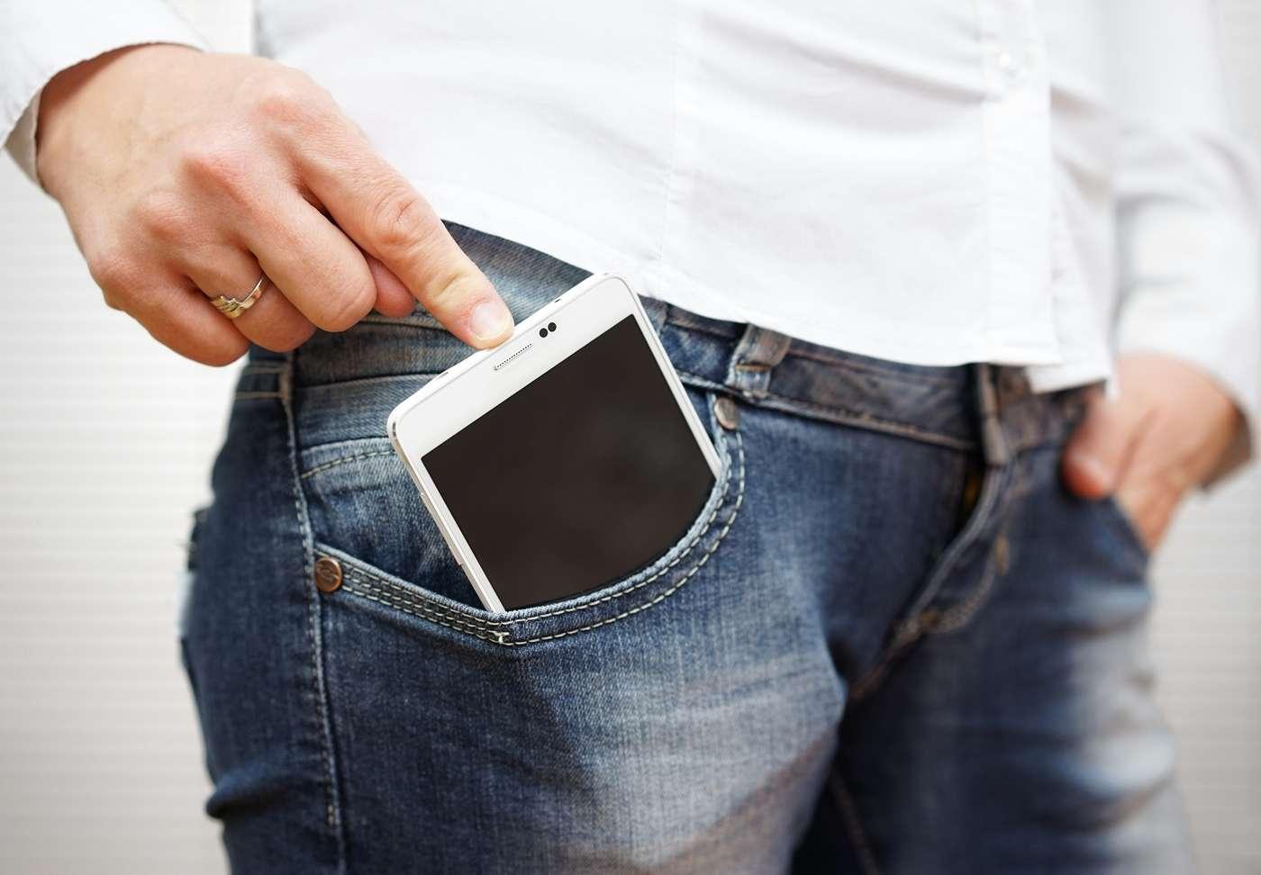 À mi-chemin entre la tablette tactile et le smartphone, la phablette désigne un terminal dont l'écran a une taille entre 5 et 6,9 pouces et que l'on peut tenir d'une main pour téléphoner. La glisser dans une poche de pantalon est une autre affaire… © Bacho, Shutterstock