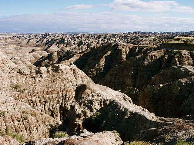 Le parc national des Badlands (Badlands National Park) est un parc naturel national qui regorge d'étonnantes buttes érodées, auxquelles il doit son nom. Situé au sud-ouest de l'État du Dakota du Sud, au nord des Grandes Plaines (États-Unis), ce parc dispose de nombreux fossiles de l'ère oligocène (23 à 35 millions d'années avant notre ère). © Colin Faulkingham, Wikimedia Commons, DP