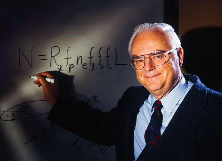Frank Drake montrant sa célèbre équation. Elle permet d'estimer le nombre de civilisations E.T. susceptibles de communiquer avec nous par messages radio. © Seti Institute