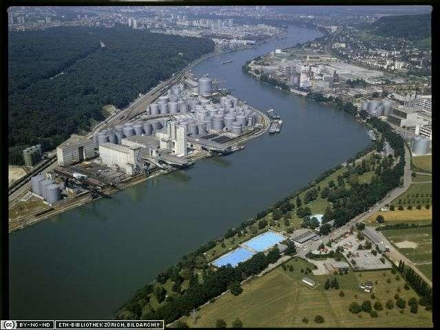 Le site industriel de Schweizerhalle sur le Rhin. © Hans Krebs / ETH-Bibliothek Zürich, Bildarchiv CC by-nc-nd 2.5