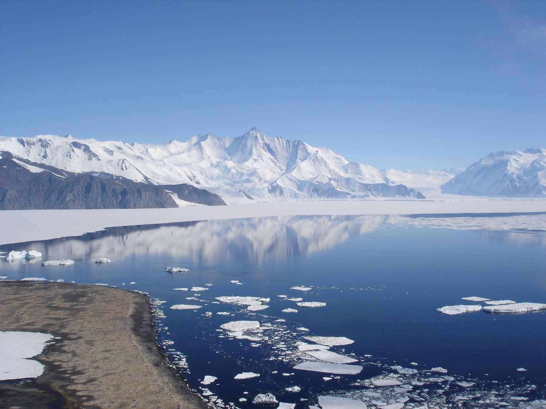 Selon une récente étude, la contribution de la fonte des glaces de l'Antarctique à la hausse du niveau de la mer sera probablement plus faible que prévu, la valeur la plus probable étant de 10 cm en 2100. Ici, le mont Herschel (3.335 m), dans la chaîne de l'Amirauté, en Antarctique. © Snowwayout, Wikimedia Commons, CC by-sa 2.5