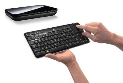Le boîtier Revue, de Logitech, embarque un processeur Atom CE4100 mais pas de disque dur. En version de base, un clavier complet, avec une surface tactile, permet d'utiliser différentes applications, qui peuvent se surimposer à l'image TV. On peut ainsi, par exemple, converser sur Twitter ou lire le journal dès qu'arrive la pub. © Logitech