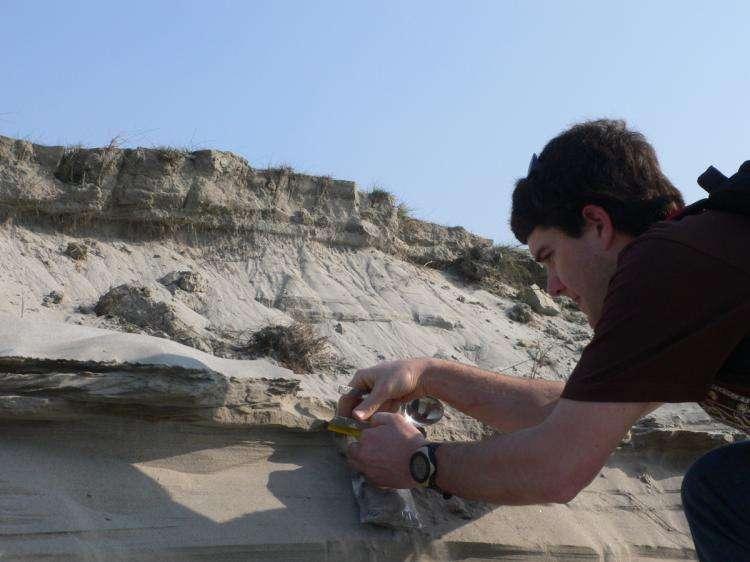 Valier Galy, géologue, prélève des sédiments dans la plaine du Gange. © INSU