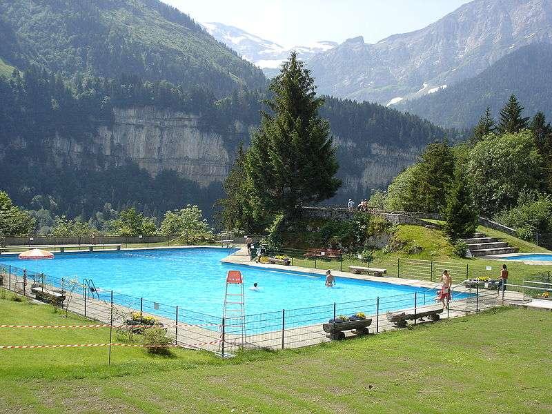 Installez une clôture de sécurité pour piscine à une hauteur suffisante pour éviter que les enfants la franchissent. © Otchampery, Wikimedia common, Domaine public