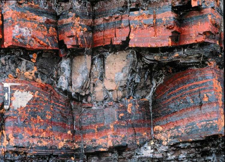 Un affleurement dans un gisement de fer rubané (banded iron formation). Crédit : Science