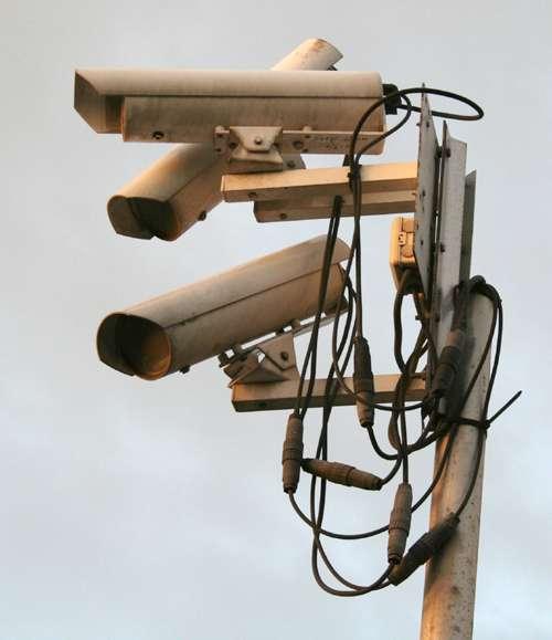 Le kit de surveillance couvre de nombreux besoins de sécurité, des alarmes aux détecteurs de mouvements. © So9q, Wikimedia Commons, CC BY-SA 3.0