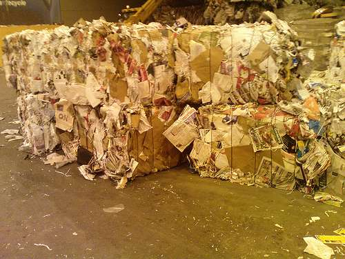 80 kg de papier par an sont utilisés par chaque employé de bureau en France. © sneak046 CC by-sa