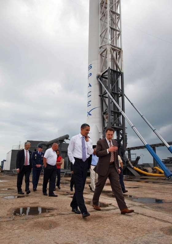 Obama en visite au Centre spatial Kennedy de la Nasa (ici devant le lanceur de SpaceX) garde à l'esprit que, quelle que soit la direction que prendra le programme spatial des Etats-Unis, il sera utilisé comme un instrument important dans la compétition avec la Chine et dans une moindre mesure la Russie et le reste du monde pour s'assurer la suprématie mondiale dans ce domaine. © White House / Chuck Kennedy