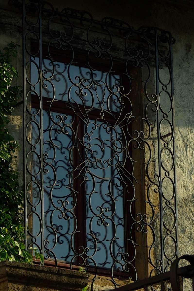 Grâce au fer forgé, la grille de sécurité pour fenêtre peut aussi être un ouvrage d'art. © Gimli_36, Flickr, CC BY-SA 2.0