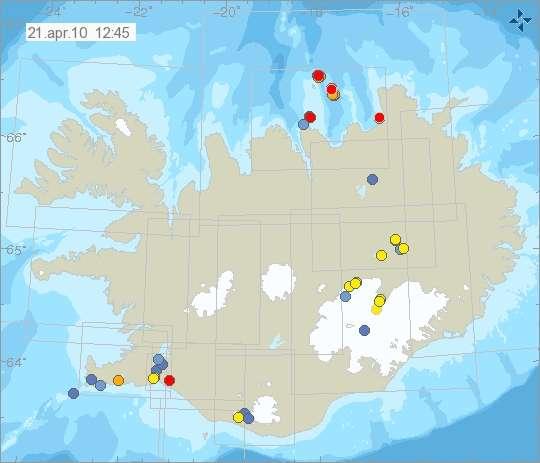 L'activité sismique en Islande le 21 avril 2010 à 12 h 45 TU. Le désormais célèbre glacier Eyjafjallajökull se situe à la pointe sud, là où se trouve deux cercles bleus et un cercle jaune. Le bleu indique qu'un séisme de magnitude inférieure à 3 s'est produit dans les 14 à 36 heures précédentes. Un peu à l'est, le cercle rouge localise un séisme survenu dans les 4 dernières heures. Reykjavik se trouve dans la baie orientée vers l'ouest, au nord du cercle orange (un séisme il y a 4 à 12 heures). © Icelandic Met Office