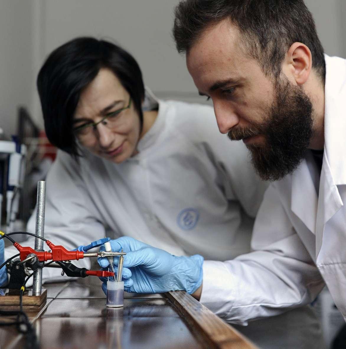 Des nanoparticules de différents types peuvent désormais être liées rapidement et de façon permanente à un substrat par le biais de la chimie clic. La méthode a été mise au point par une équipe de chercheurs de l'institut de Chimie physique de l'académie polonaise des Sciences. © IPC PAS, Grzegorz Krzyzewski