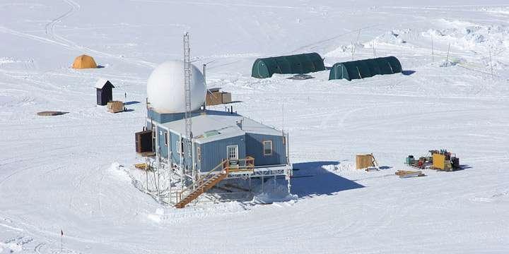 Pour la troisième fois en une décennie, la température à la station Summit au sommet du Groenland est passée au-dessus du point de congélation. © Geosummit