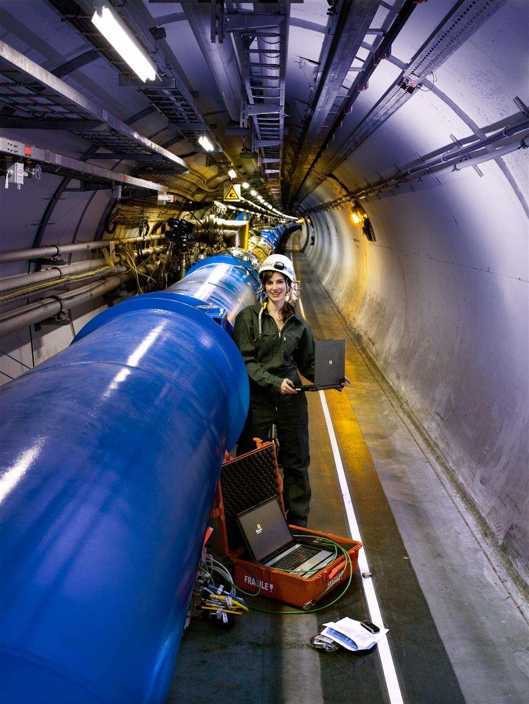 Vue de dipôles supraconducteurs inspectés dans le tunnel du LHC. Crédit : Cern