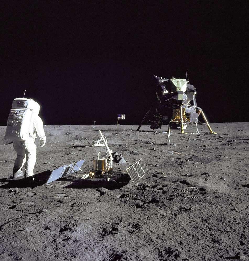 Le premier sismomètre PSE déposé par Apollo 11 sur la Lune. © Nasa