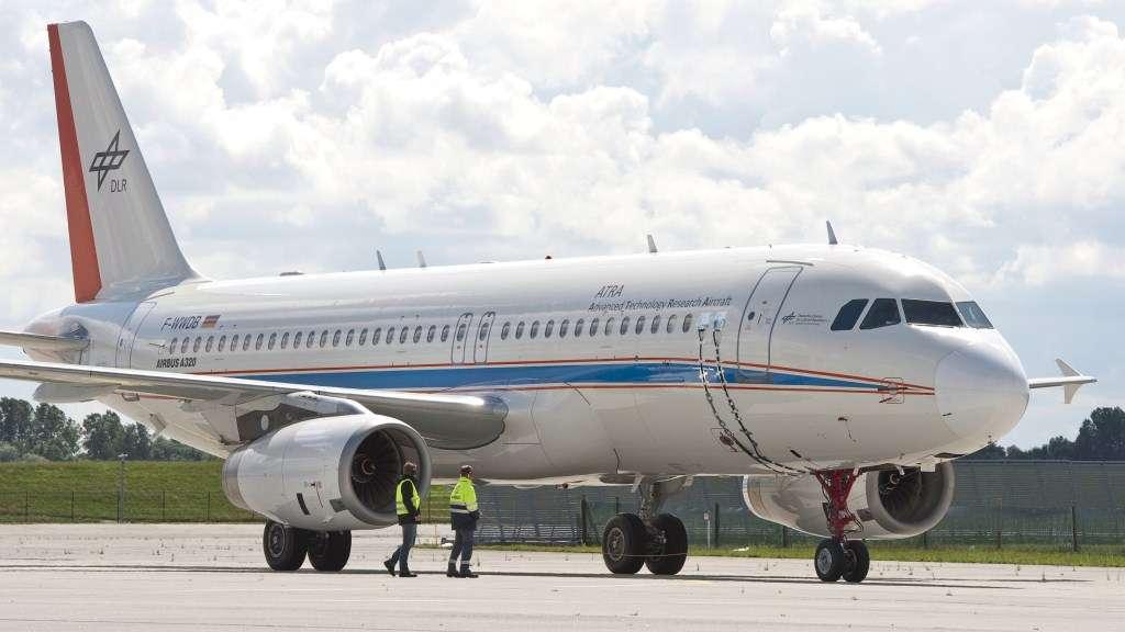 Cet Airbus A320 mis au point par l'avionneur, Lufthansa Technik et le Centre allemand de recherche aérospatiale (DLR) évolue au sol grâce à des moteurs électriques alimentés par une pile à combustible et non pas grâce à ses réacteurs. © DLR