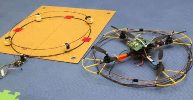 Le Nimbus Lab qui dépend de l'université du Nebraska rassemble des chercheurs et contributeurs pour trouver des utilisations innovantes autour de ces aéronefs. Ils ont équipé un quadrirotor (à droite) d'un appareillage qui permet de transmettre des ondes électromagnétiques pour alimenter à distance en électricité un capteur (à gauche). © Nimbus Lab